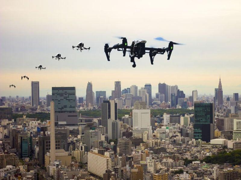 Vliegen door de stad met drones